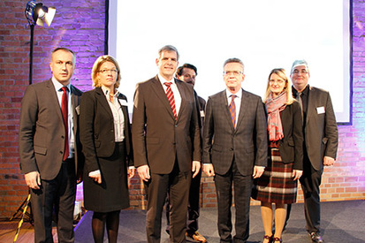 (from left to right) Bülent Arslan, imap GmbH, Angela Köllner, Ramboll Consulting, Dr. Michael Griesbeck and Kastriot Gjoni (BAMF), Dr. Thomas de Maizière, Federal Minister of the Interior, Regina Jordan and Martin Lauterbach (BAMF)