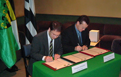 On 15th November 2005 in Rennes, Brittany, the then Chief of the Saxon State Chancellery, Hermann Winkler, signed the memorandum on deeper cooperation between the Free State of Saxony and Brittany, with Christian Guyonvarc'h, then vice president of the regional council.
